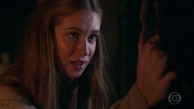 Amália e Levi procuram um jeito de sair da cabana - A plebeia prefere pensar com mais calma e diz que o menino não precisa ter medo de Virgílio