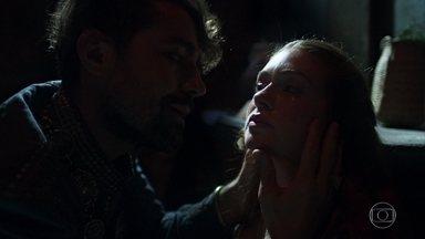 Virgílio aprisiona Amália e Levi na caverna - A plebeia enfrenta o ex-noivo e diz que ele nunca mais enconstará nela. Selena chega à casa de Brumela