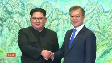 Ditador da Coreia do Norte cruza a fronteira com a rival histórica Coreia do Sul - O presidente sul-coreano Moon Jae-in e o ditador Kim Jong-un chegaram a caminhar de mãos dadas. Ainda é uma incógnita se Kim irá cumprir a promessa de desnuclearização. Foi a primeira vez em sessenta e cinco anos, desde a separação das Coreias, que um líder do Norte pisou no Sul.