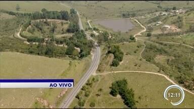 Veja o movimento na rodovia Floriano Rodrigues Pinheiro - Movimento é tranquilo na rodovia.