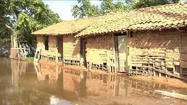 Baixa do rio Mearim preocupa autoridades por volta das famílias às casas - Na cidade de Bacabal, Defesa Civil não quer que as pessoas voltem para casa antes do tempo.