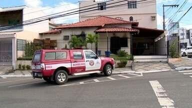 Peritos recolhem material na casa de pastor onde filho e enteado morreram no ES - Irmãos foram carbonizados em incêndio no dia 21 de abril, em Linhares. Pastor foi preso por atrapalhar as investigações sobre o caso.