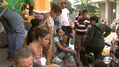 PLANTÃO JH: Moradores dos prédios atingidos pelo incêndio recebem ajuda da Defesa Civil - Moradores dos prédios atingidos pelo incêndio começam a receber ajuda da Defesa Civil