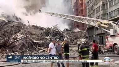 Bombeiros tentam apagar incêndio nos escombros de prédio que desabou - O Corpo de Bombeiros trabalham para apagar focos de incêndio nos escombros do prédio que desabou na madrugada desta terça-feira (1).
