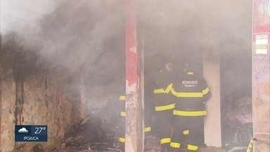 Incêndio atinge depósito de bolsas e malas no Centro do Recife - Foram quase seis horas de trabalho dos Bombeiros para controlar as chamas.