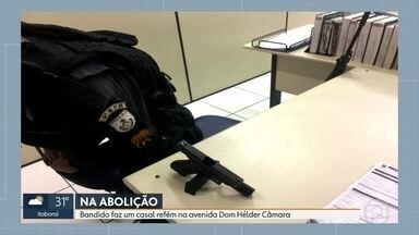 Bandido faz casal refém na Abolição - Homem fugia da polícia.