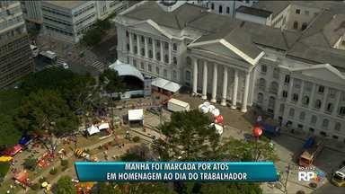 Manhã foi marcada por atos em homenagem aos trabalhadores - Teve missa no centro da cidade e manifestação de apoio ao ex-presidente Lula em frente à Polícia Federal.