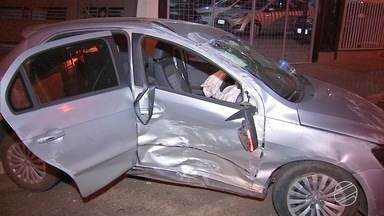 Acidente em Campo Grande deixa três pessoas feridas - As vítimas estavam em dois carros que bateram em um cruzamento, na madrugada desta terça-feira (1º).