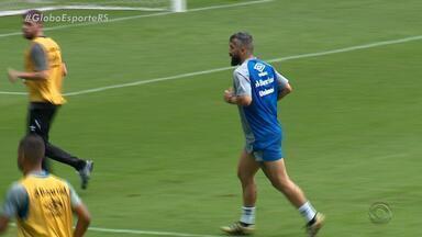 Douglas participa de atividade com bola em treino do Grêmio - Assista ao vídeo.