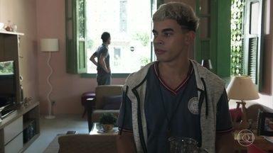 Tom pergunta se Leandro vai dançar vestido de mulher - Leandro avisa que passou em casa apenas para pegar suas roupas