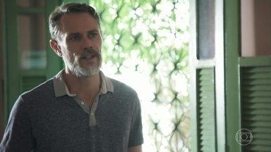 Tom pede desculpas a Leandro - O pai se mostra arrependido e pede que o filho volte para casa. Marisa fica feliz ao ver os dois conversando