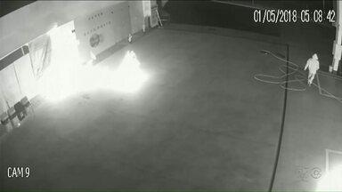 Posto de combustíveis é alvo de atentado em Campo Mourão - Homens colocaram fogo em uma bomba e fugiram. Polícia investiga.
