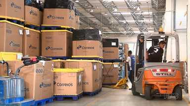 Equipe da RPC vai a central de entregas dos Correios em Curitiba - Consumidores reclamam de atrasos nas entregas
