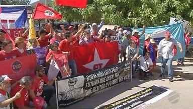 Integrantes da CUT fazem ato contra prisão de Lula na fronteira com Bolívia - A polícia não acompanhou o protesto.