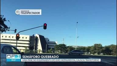 Semáforo quebrado - Um semáforo do Eixo Monumental deu pane hoje cedo e causou confusão no trânsito.