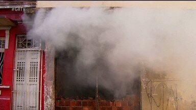 Incêndio atinge depósito em Recife - Os bombeiros trabalharam quase seis horas para controlar as chamas
