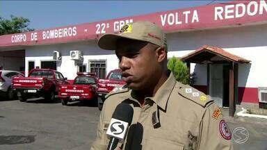 Duas vítimas de incêndio em Volta Redonda continuam internadas no CTI - Unidade médica informou que casal de idosos respiram com a ajuda de aparelhos e o estado de saúde deles é estável.