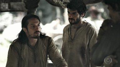 Afonso revela a Cássio e Tiago que esteve com Catarina - Afonso conta que a rainha quer ajudá-lo a voltar ao trono de Montemor