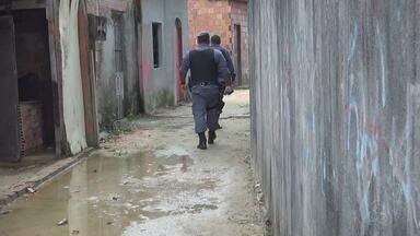 Polícia resgata duas crianças deixadas trancadas em casa - Crianças estavam trancadas em quarto e foram resgatadas após denúncia.