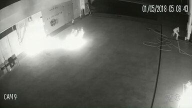 Vândalos colocam fogo em posto de combustível em Campo Mourão - Câmeras de segurança flagraram toda ação