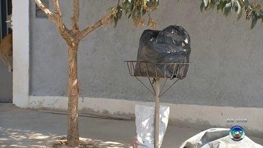 Moradores de Bauru reclamam de atraso na coleta de lixo durante feriado - Os moradores de alguns bairros de Bauru (SP) reclamaram do atraso na coleta do lixo durante o feriado. Segundo eles, o lixo que foi colocado na rua na terça-feira (1º) não foi recolhido.