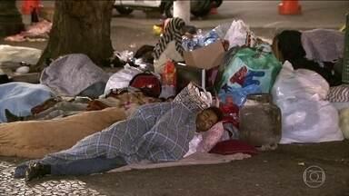 Grupo de moradores de prédio que desabou em SP passa a noite na rua - Mais de 400 pessoas foram cadastradas por assistentes sociais da prefeitura de São Paulo. Muitos moradores não quiseram ir para abrigos, 50 deles passaram a madrugada na rua.