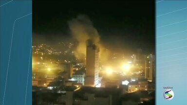 Bombeiros fiscalizam edifício que pegou fogo no Centro de Volta Redonda, RJ - Chamas começaram na parte elétrica de um elevador, no quarto andar, e se espalharam até o 15º andar.