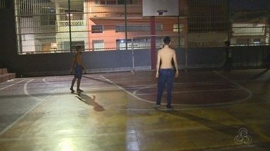 Moradores da Zona Sul de Manaus reclamam de quadra esportiva abandonada - Local fica escuro à noite.