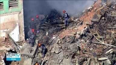 Duram mais de 40 horas as buscas por sobreviventes do prédio que desabou - Bombeiros buscam quatro desaparecidos do desabamento do prédio no centro da capital.