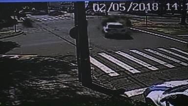 Moto fica presa no parachoque de carro após batida em Maringá - Acidente foi registrado por câmeras de segurança. Motociclista teve ferimentos, mas não corre risco de morrer.
