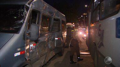 Acidente envolvendo van e um ônibus deixa 13 pessoas feridas em Itacaranha - O acidente aconteceu na Avenida Afrânio Peixoto, conhecida como Suburbana.