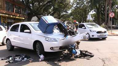 Vídeo: motociclista bate em carro que invadiu a avenida - Uma câmera de segurança registrou o acidente