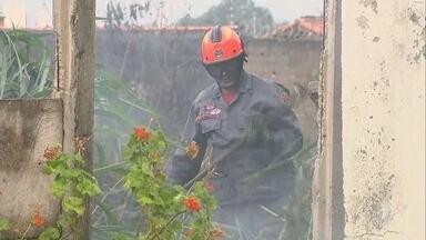 Bombeiros atendem diversas ocorrências de incêndio em Sorocaba - Os bombeiros atenderam 12 chamadas de incêndios em Sorocaba (SP), nesta quarta-feira (2). Uma das ocorrências, no bairro Wanell Ville, assustou moradores que têm casas perto da área atingida.