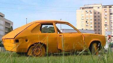 Sucatas são espalhadas por Porto Alegre para alertar sobre violência no trânsito - Iniciativa faz parte de um movimento global de conscientização e redução da violência no trânsito. Carcaças de carros se destacam por estarem pintadas de amarelo em locais movimentados.
