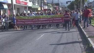 Desempregados reivindicam contratação de mão de obra local em Cubatão - Dezenas de desempregados, com o apoio das centrais sindicais, se reuniram em frente ao PAT da cidade na manhã desta quarta-feira (2).