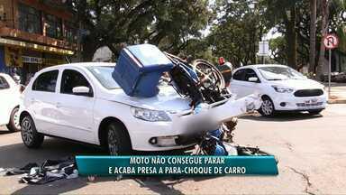 Moto fica presa em para-choque de carro depois de acidente - O acidente aconteceu em um cruzamento. O motociclista teve ferimentos no joelho e foi levado para o hospital.