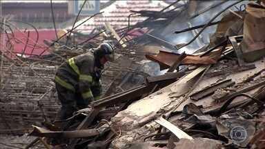 Bombeiros registram 4 desaparecidos no incêndio de prédio em São Paulo - Nos escombros do prédio, eles abrem caminho usando apenas as mãos; um trabalho difícil e perigoso, monitorado de cima por um drone.