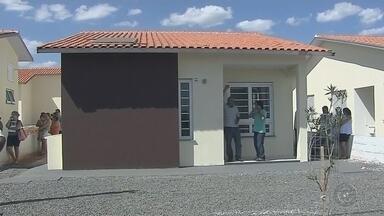"""Famílias de Buritama recebem casas populares após quatro meses de atraso - Após quatro meses de atraso, famílias de Buritama (SP) receberam, nesta quinta-feira (3), 62 casas populares do conjunto habitacional """"Jacinta de Oliveira Neto""""."""
