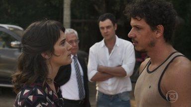 Zé Victor se apresenta como chefe da mina para Clara e deixa escapar que visitou Sophia - Clara promove Juvenal e Amaro e afirma aos garimpeiros que tudo será feito dentro da lei