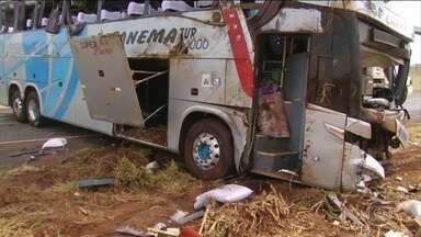 Nove pessoas morrem e 26 ficam feridas em acidente entre ônibus e dois carros no Paraná - Segundo a Polícia Rodoviária Federal, um carro ultrapassou em local proibido e bateu de frente com o ônibus, atingindo outro carro.