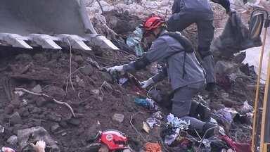 Bombeiros encontram restos mortais nos escombros do prédio que caiu em SP - Uma pessoa morreu e outras cinco ainda são procuradas nos escombros do prédio ocupado que desmoronou no Largo do Paissandu, no dia 1º de maio. Os desabrigados estão acampados na frente dos escombros.