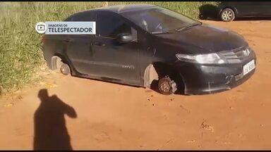 Bandidos furtam rodas de carros na região do aeroporto - Dois veículos ficaram com o assoalho no chão depois de terem todas as rodas levadas.