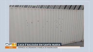 Casa é alvo de disparos de arma de fogo em Santa Maria - Balas atingiram o portão da garagem e o carro da família às 03h da manhã desta segunda-feira, na quadra 313 da cidade. Ninguém se feriu. Morador registrou ocorrência na 33ª DP e aguarda perícia.