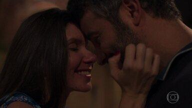 Juvenal tira Desirée do bordel - Lapidador encontra a noiva trabalhando e explica que a expulsou de sua casa para salvar sua vida