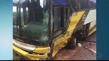 Ônibus e caminhão batem na ES-344 e motorista fica preso a ferragens - Acidente aconteceu entre São Gabriel da Palha e Vila Valério. O condutor do caminhão foi socorrido pelo Corpo de Bombeiros.