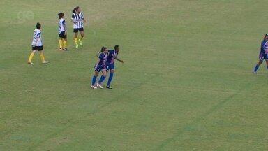 Aline recebe lançamento nas costas da defesa e chuta cruzado para ampliar - Jogadora fez dois gols no jogo