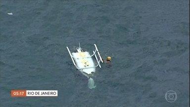 Técnicos investigam queda de helicóptero que deixou um morto no RJ - O piloto morreu e os outros três tripulantes ficaram feridos depois que o helicóptero caiu na praia da Barra, a 200 metros da areia. O vídeo mostra o momento do resgate de uma das vítimas. Os sobreviventes têm estado de saúde estável.