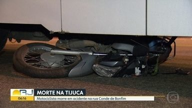 Motociclista morre em acidente na Tijuca - Ônibus e moto bateram na rua Conde de Bonfim. Carona da moto ficou ferido e foi levado para UPA.