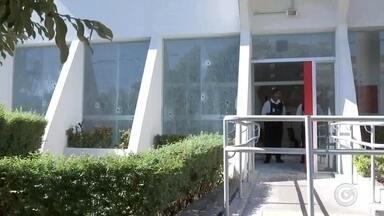 Agência bancária alvo de explosão em Bocaina não tem previsão de reabertura - A agência bancária que foi alvo de criminosos na madrugada desta quarta-feira (9) em Bocaina (SP) está com os serviços paralisados e não tem previsão para normalização. De acordo com a Polícia Militar, os criminosos colocaram explosivos nos caixas automáticos e conseguiram detonar um deles.