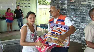Famílias afetadas pelas fortes chuvas recebem ajuda humanitária em Santarém - Defesa Civil fez a entrega dos kits de assistência humanitária a 30 famílias do bairro Vitória Régia.